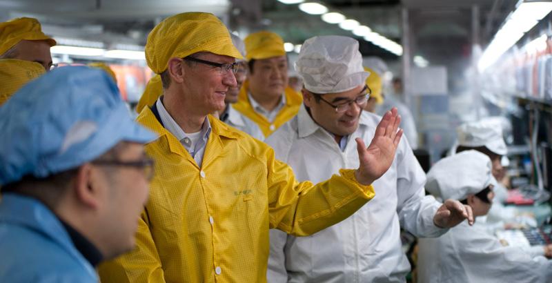 Tim Cook, PDG d'Apple, lors d'une visite à une usine de Foxconn.