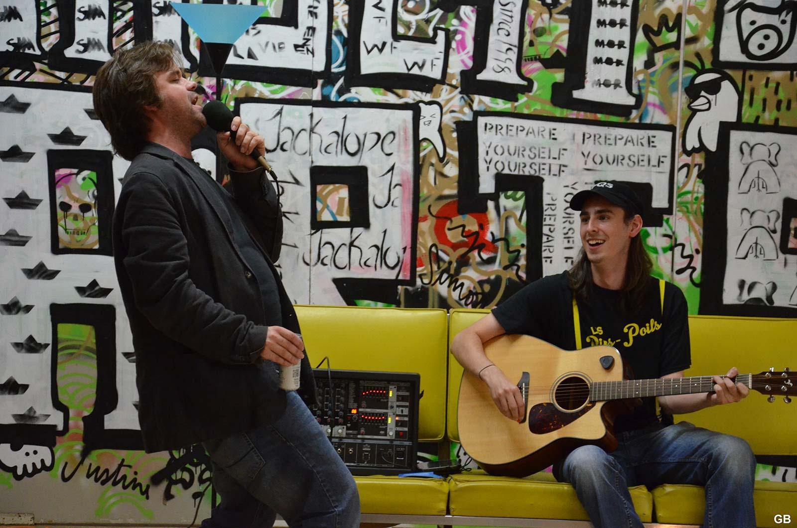 Joël Martel s'improvise chanteur (Photo : Geneviève Boucher)