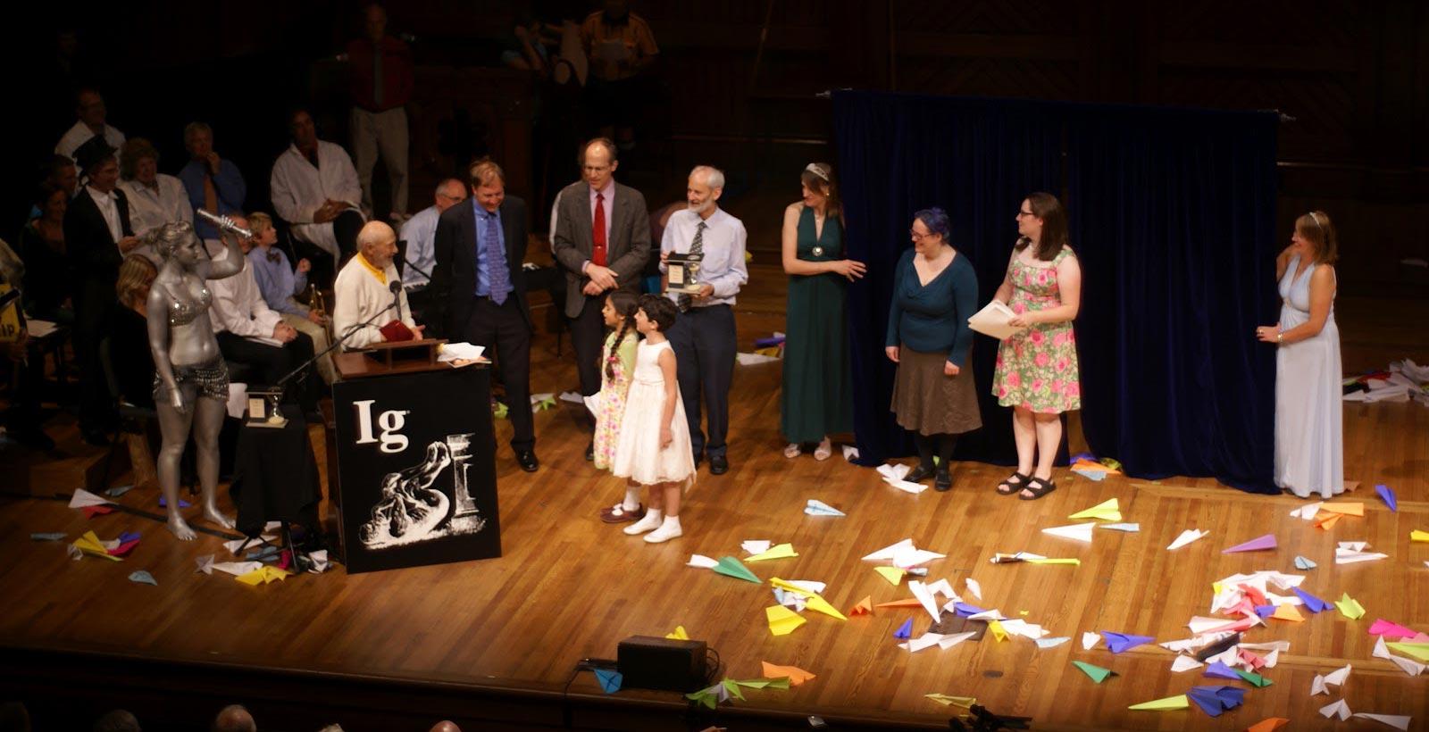 Une des interventions de Miss Sweetie Poo lors de la cérémonie (Photo : Physics Central).