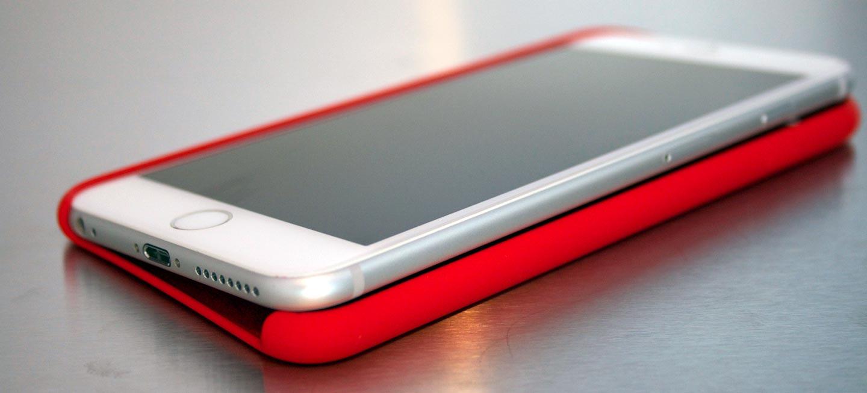 L'iPhone6Plus sur l'étui de silicone d'Apple.