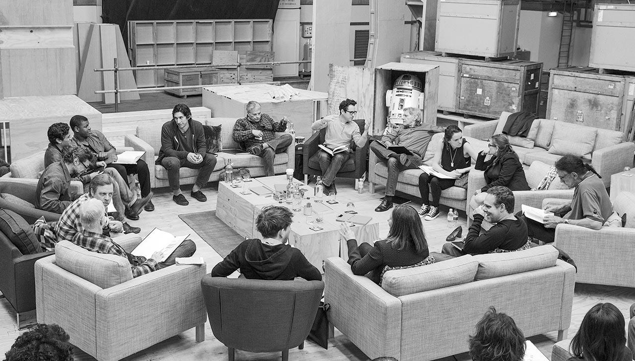 La distribution de The Force Awakens lors d'une réunion.
