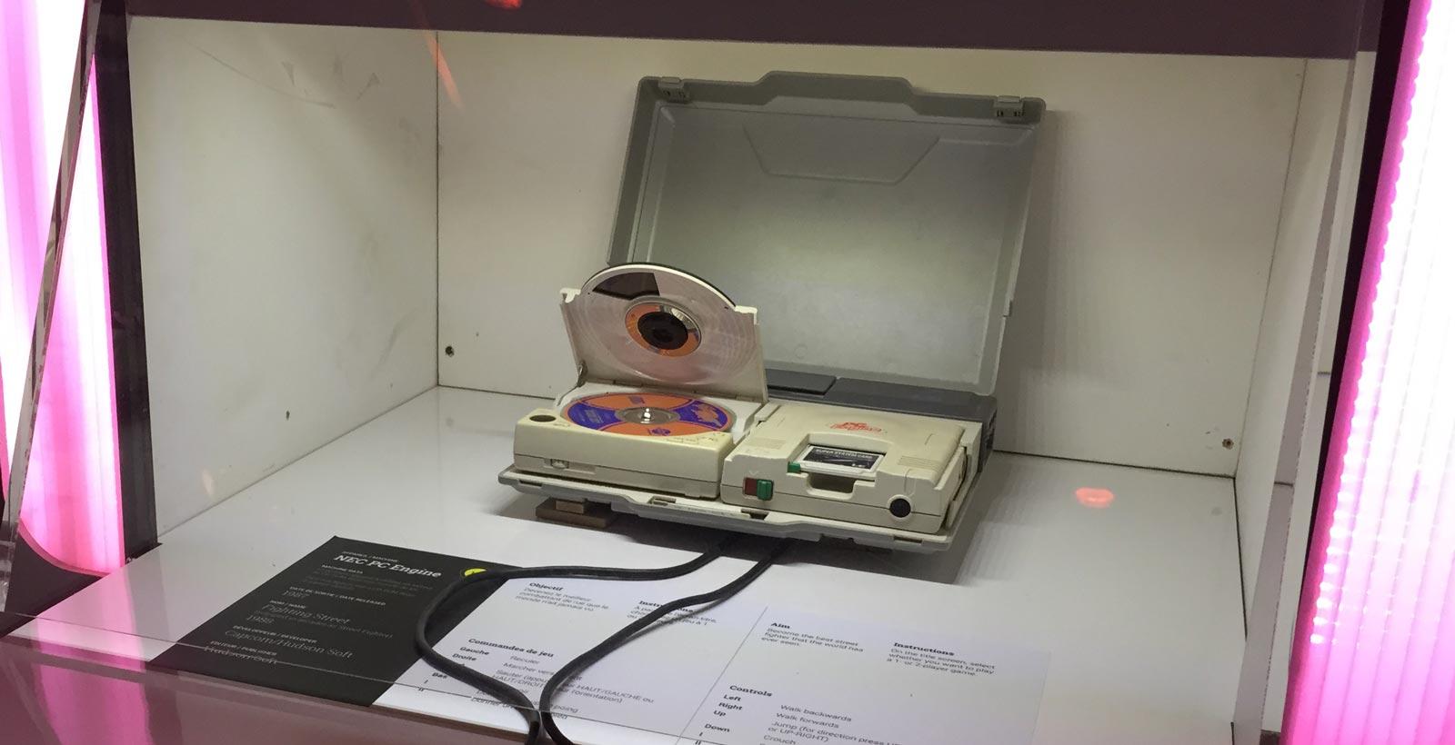 La PCEngine de NEC, avec son lecteur de CD, telle que présentée à l'exposition Game On.