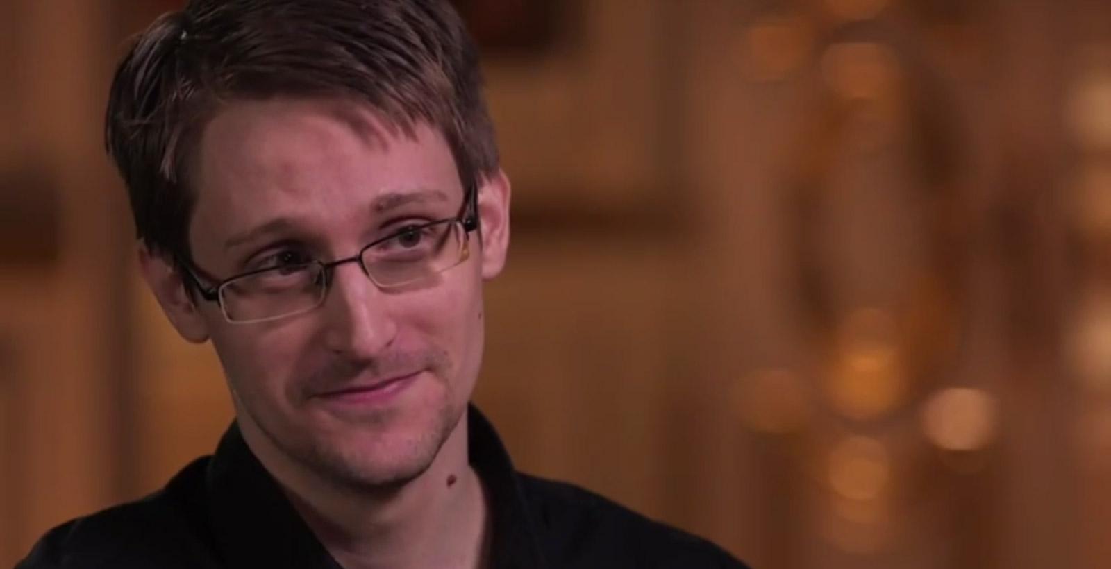 Edward Snowden, amusé à l'idée de vulgariser les programmes de la NSA d'un tout autre point de vue (Image : HBO).