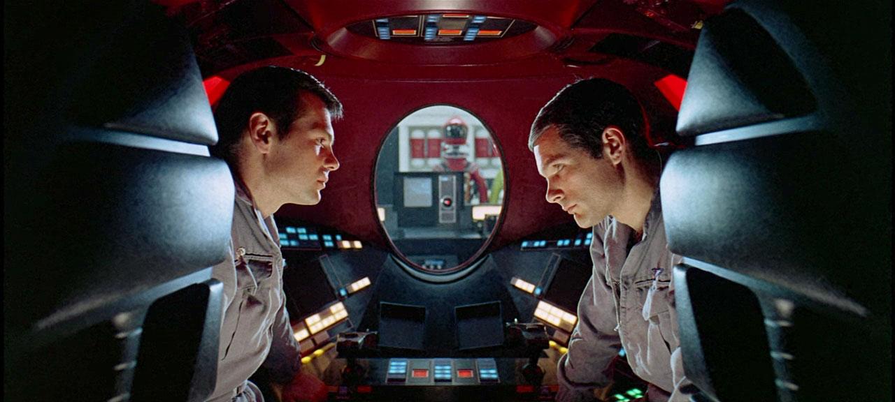 Frank Pole (Gary Lockwood) et David Bowman (Keir Dullea), sous l'œil attentif d'HAL9000 dans 2001: A Space Odyssey (Image: MGM).
