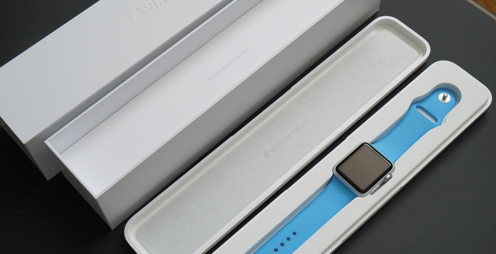 La montre, dans un boîtier de plastique, dans une boîte de carton.