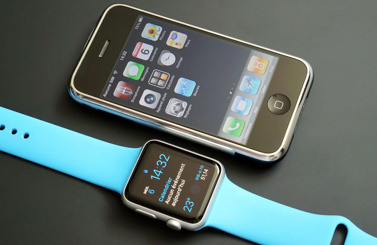 L'Apple Watch aux côtés de l'iPhone de première génération.