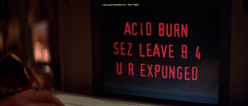 Le traducteur du film, qui ne parle clairement pas le l33t (quel n00b!) propose très sérieusement: «Acid Burn exige que tu quittes B quatre ou tu es grillé.»