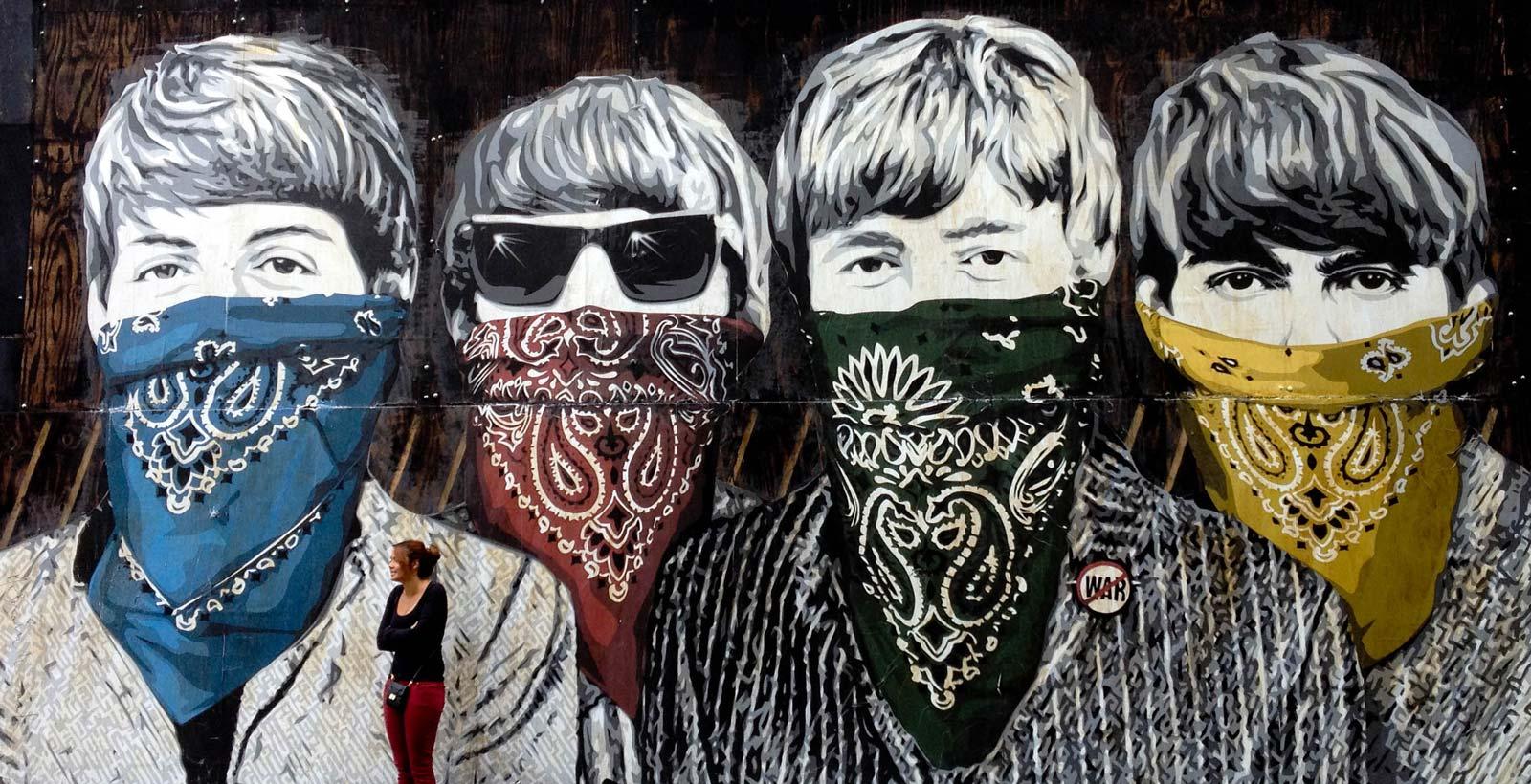 Quatre garçons dans le vent, masqués (Image : James Jardine).
