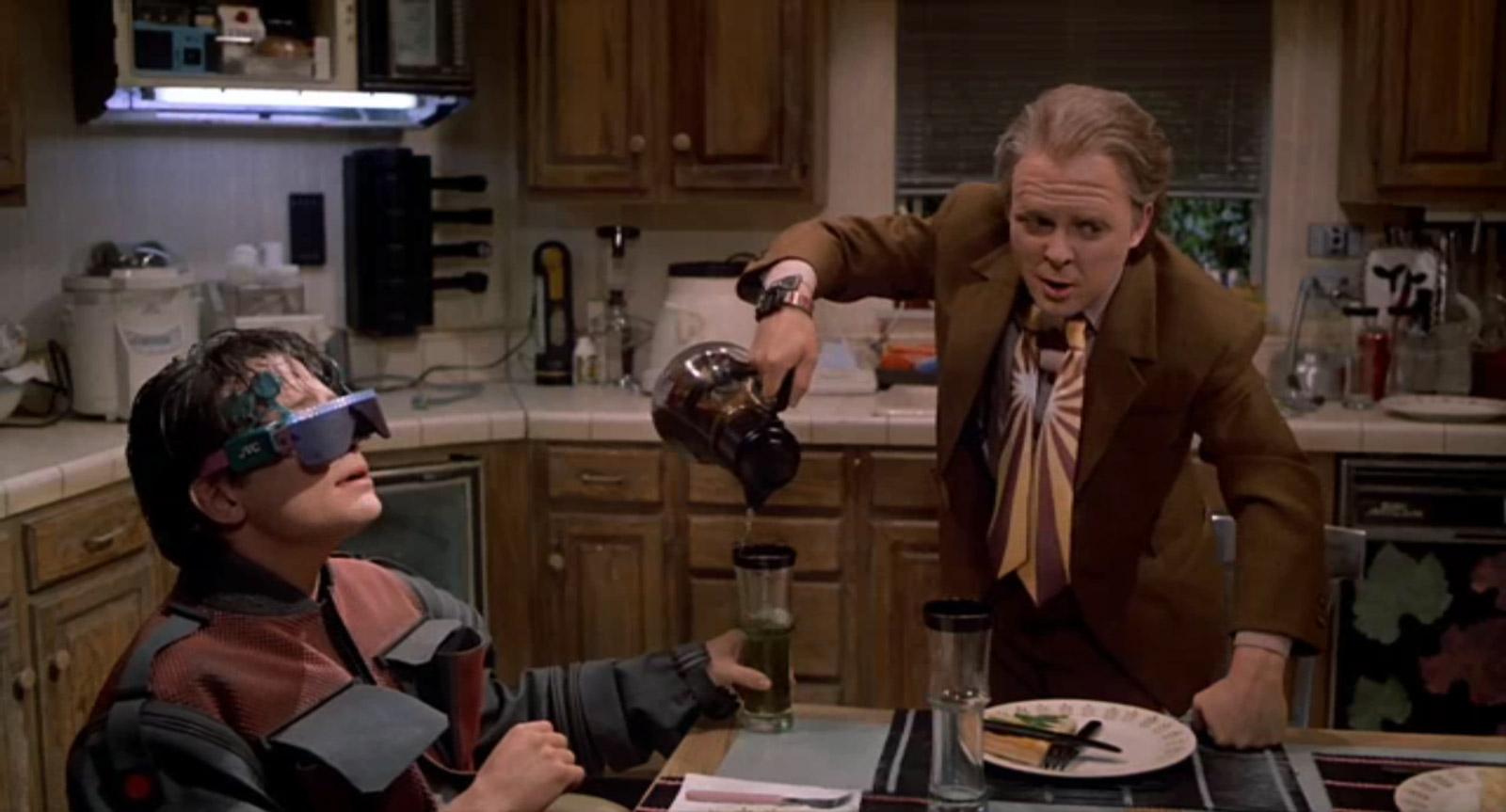 Marty Junior porte ses lunettes connectées même à la table (Image : Universal Pictures).