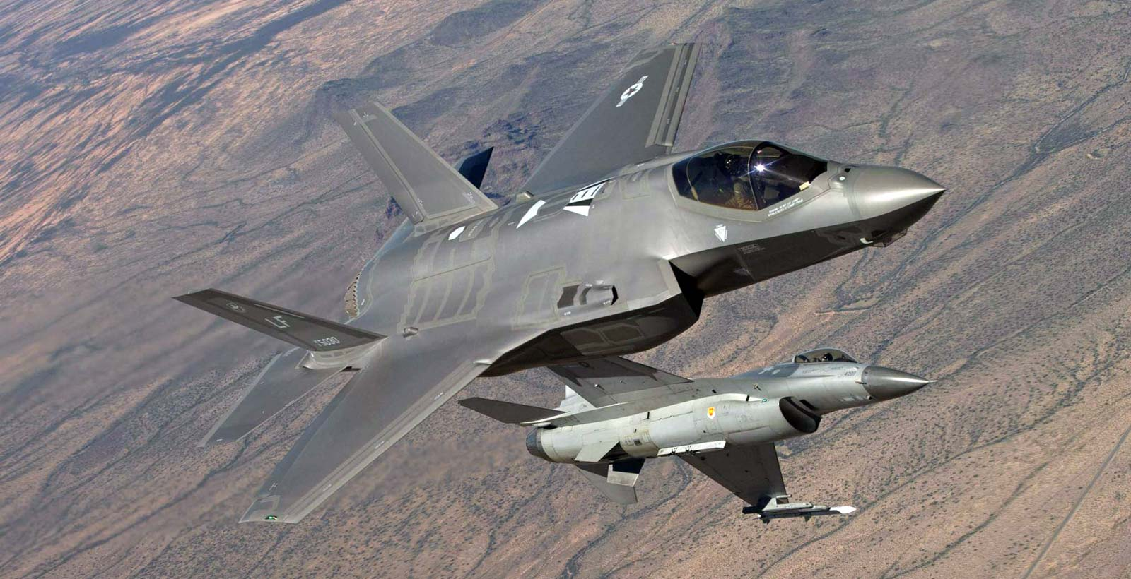 Le F-35 Lightning II et le F-16 Fighting Falcon côtes à côtes (Photo : US Air Force).