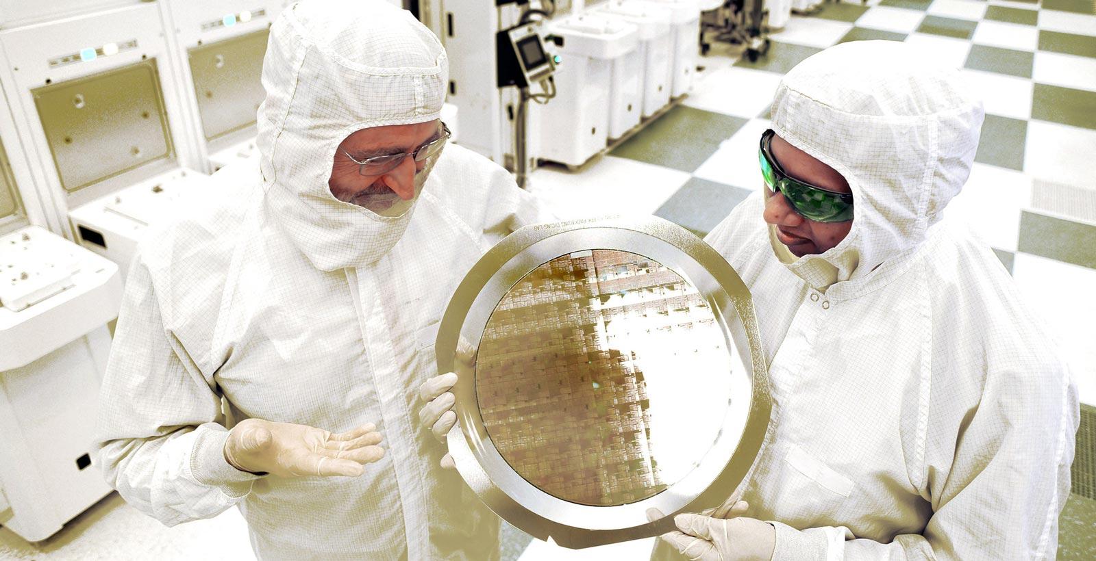 Michæl Liehr du SUNY Polytechnic Institute, Bala Haranand d'IBM, et une plaquette composée des nouveaux processeurs (Image : IBM).
