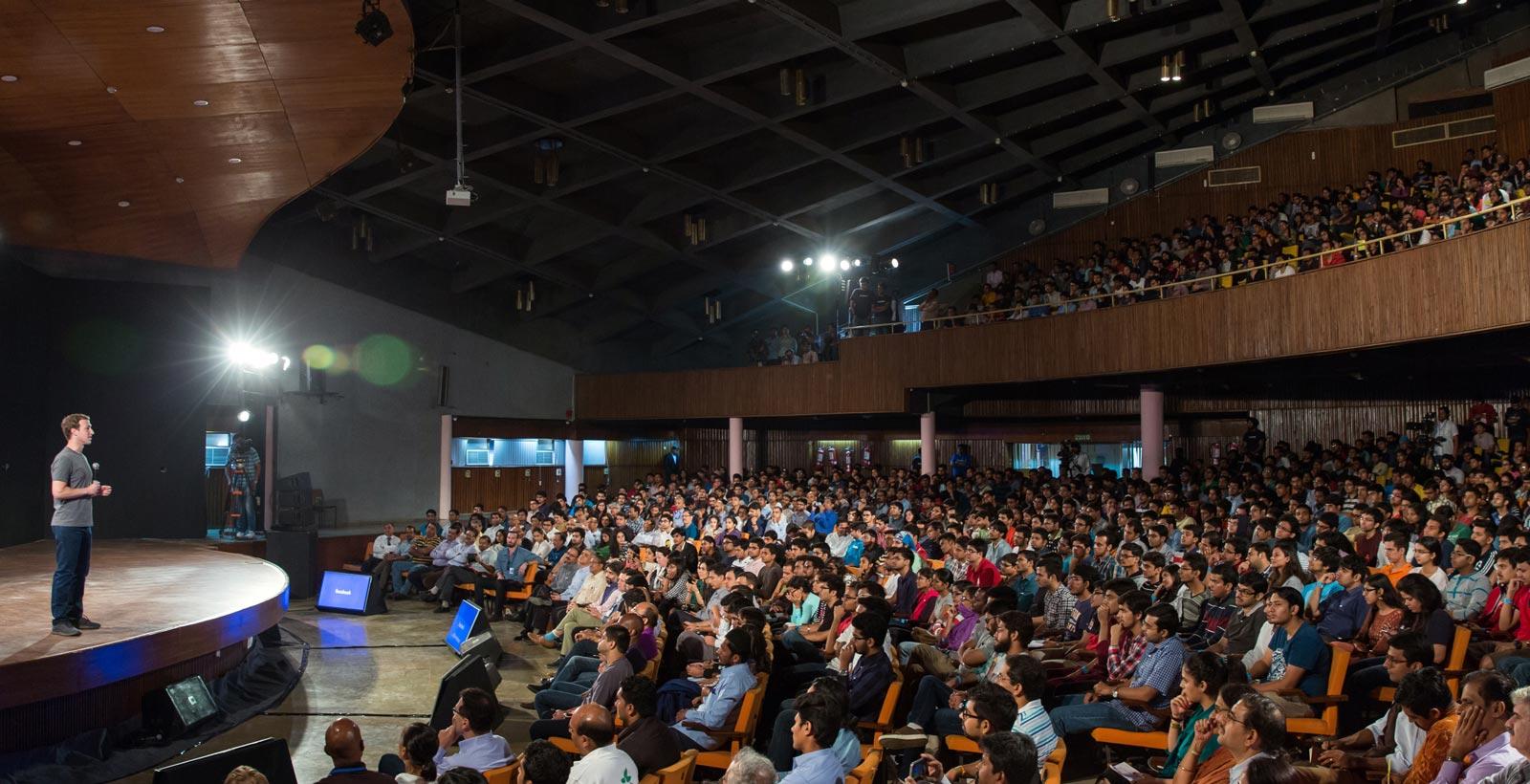Mark Zuckerberg, s'adressant à une foule à l'institut indien de technologie de Delhi en octobre dernier.