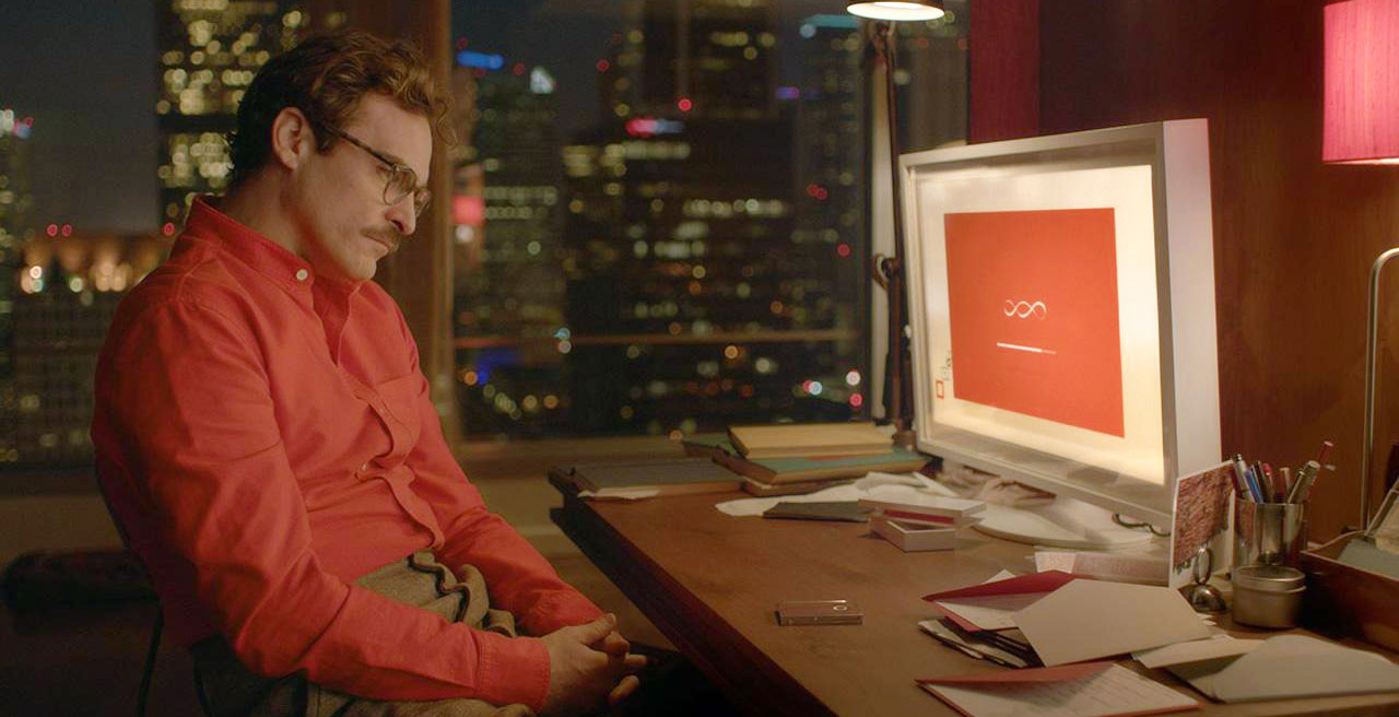 Le personnage de Theodore Twombly (Joaquin Phœnix) installe son nouvel OS dans le film Her (Image: Warner Bros).