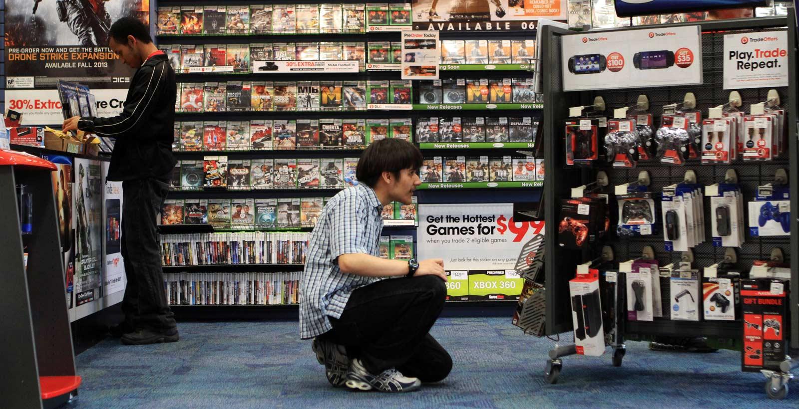 Un magasin avec un mur de jeux usagés (Photo : Dallas News).