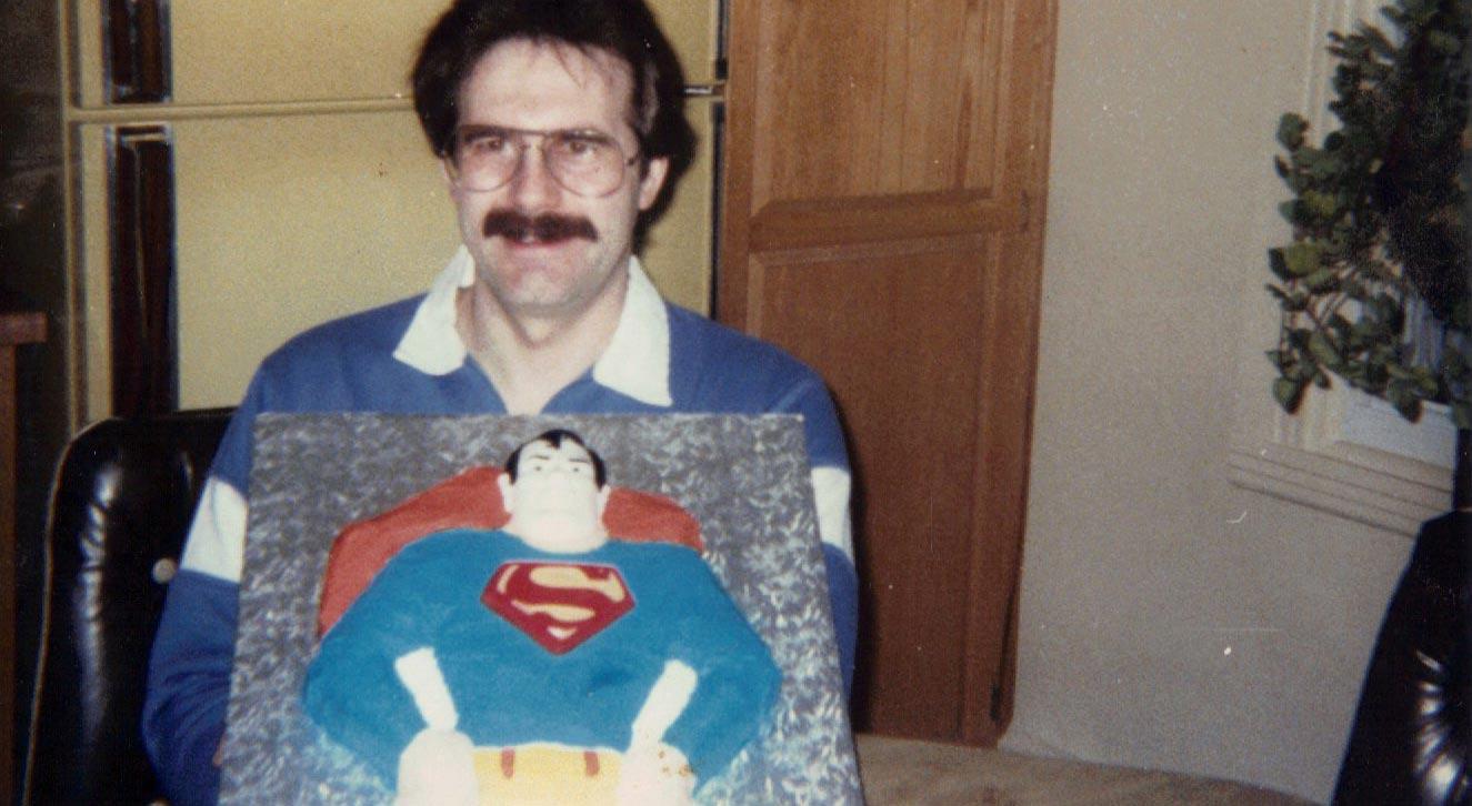 Le vrai superhéros dans cette image: la moustache de mon père.