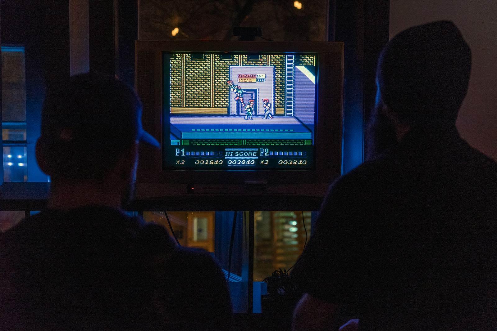 Des arcades, mais également des consoles. On peut ainsi jouer à Double Dragon sur NES…