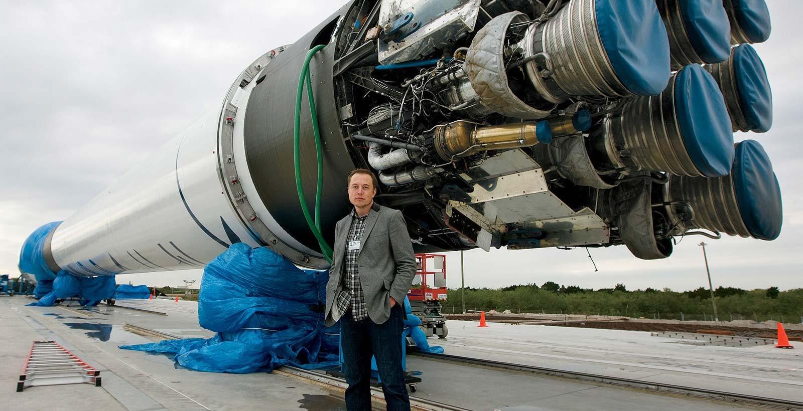 Elon Musk devant le propulseur du lanceur Falcon9.