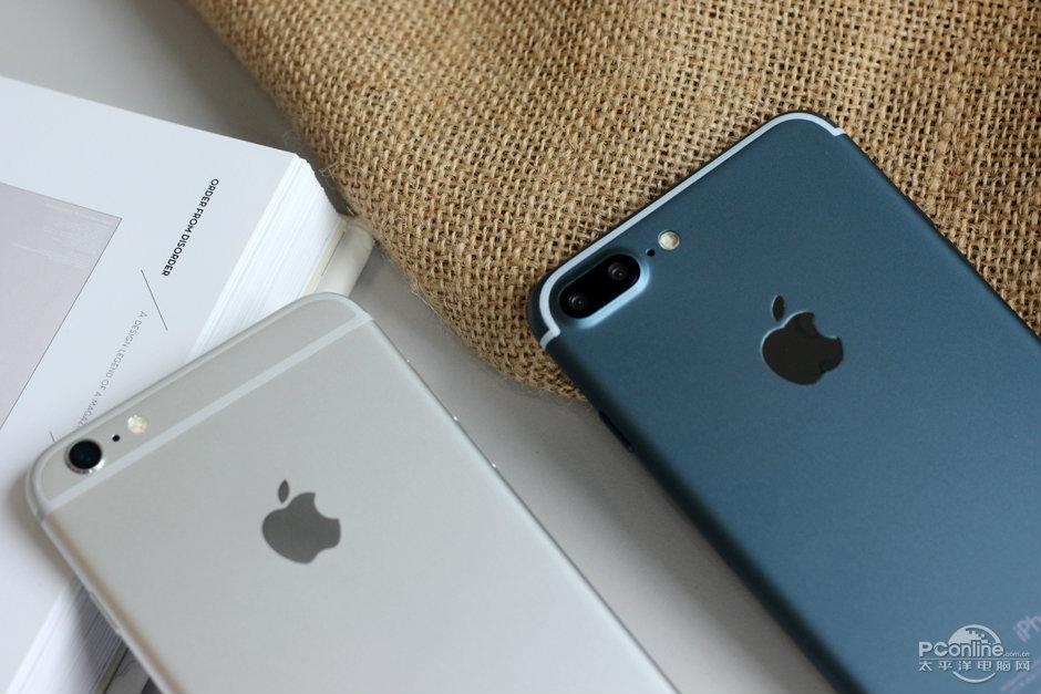 L'iPhone 6s Plus (à gauche) et le présumé iPhone 7 Pro (à droite).
