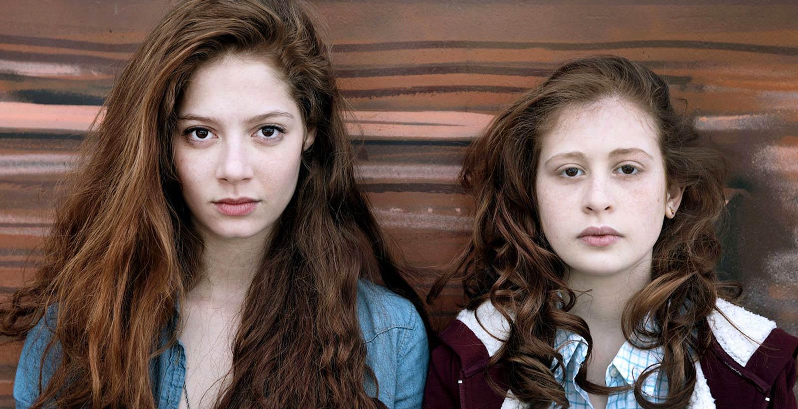 Léna (Jenna Thiam) et Camille Séguret (Yara Pilartz), personnages de la série Les Revenants.