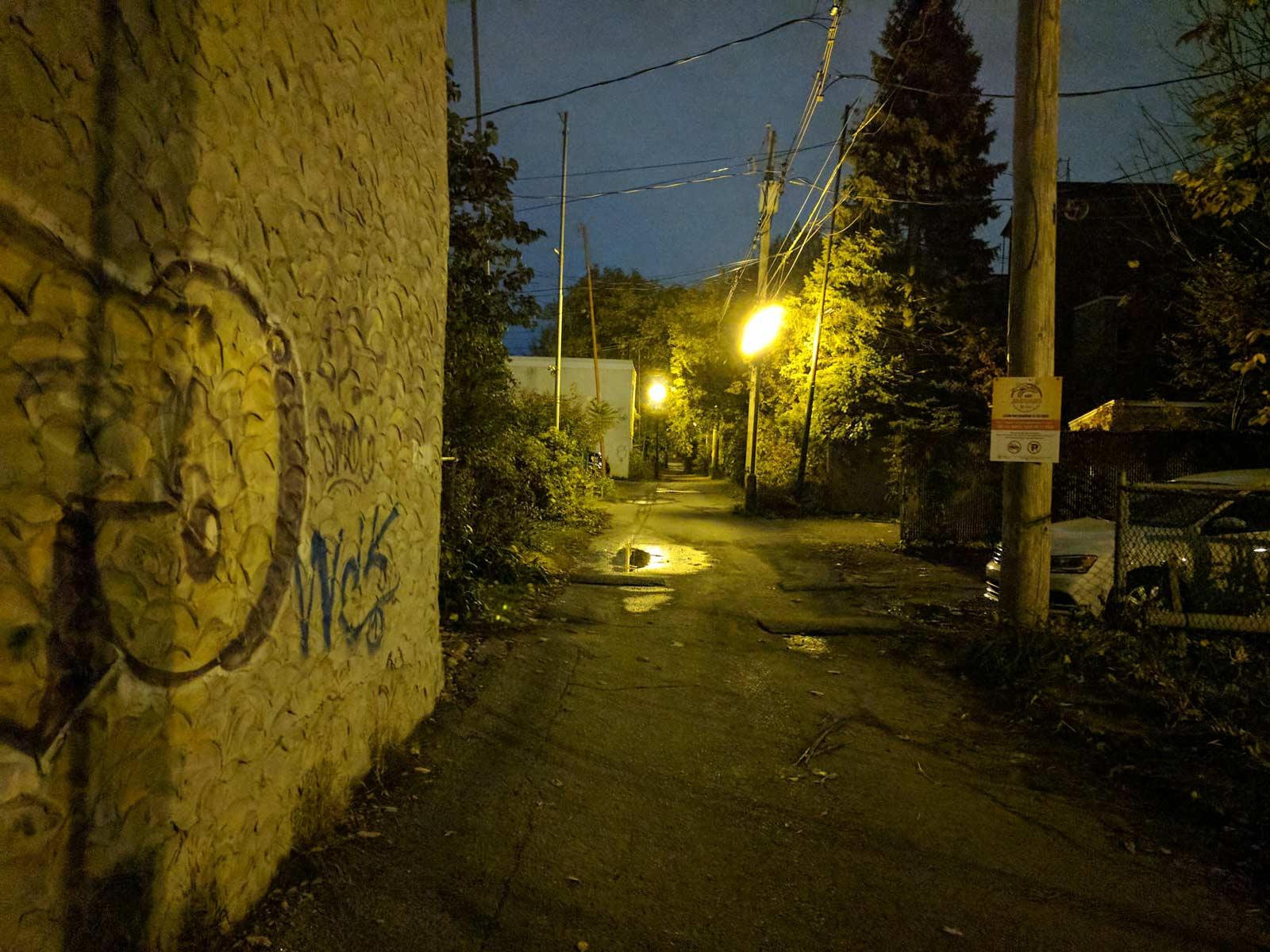 L'éclairage de cette ruelle était beaucoup plus orangé dans la réalité (voir le fichier original).