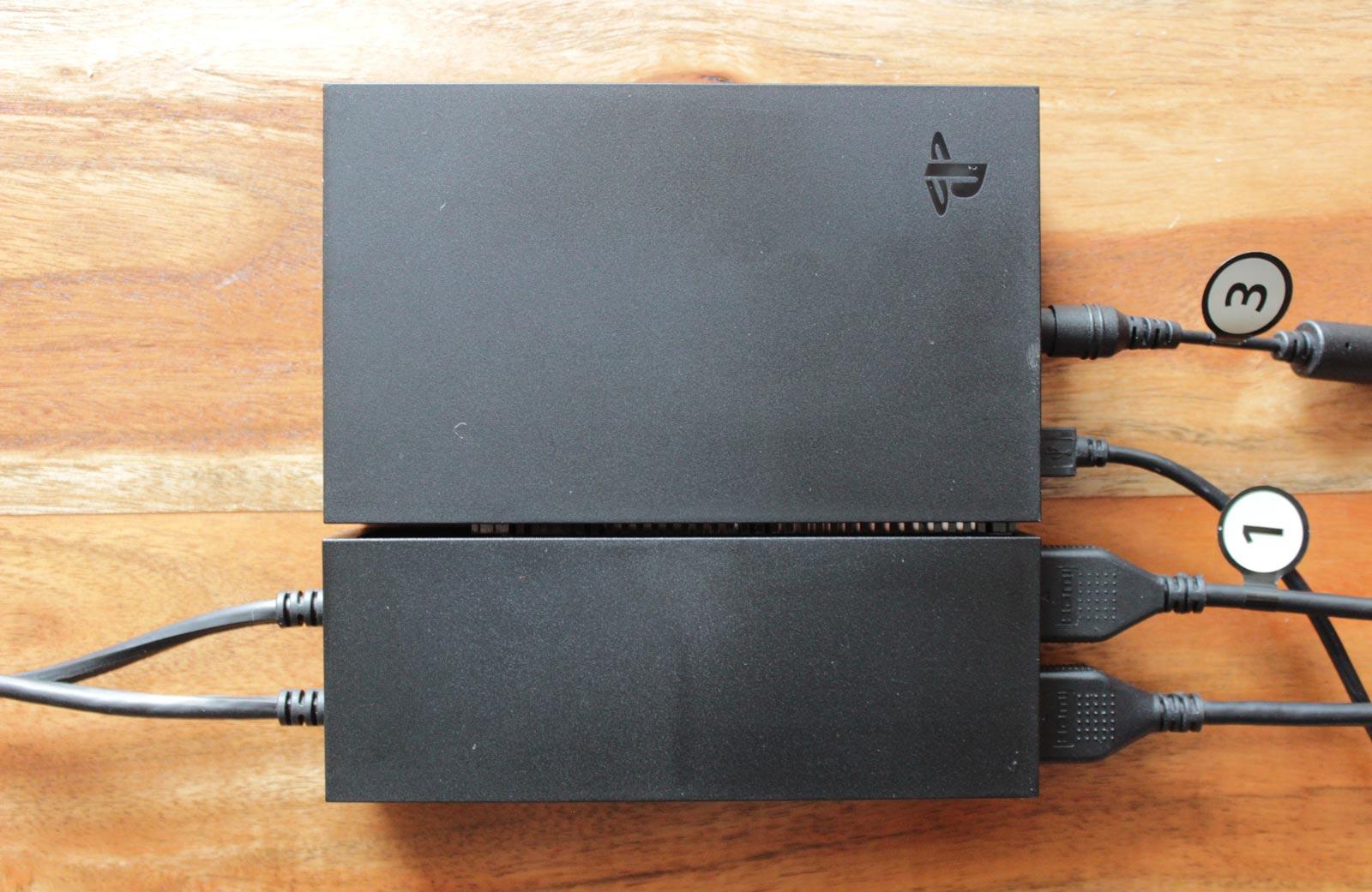 Si le processeur peut être dissimulé, son câble USB sera toujours visible devant la console.